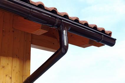 Regenrinne an einem Holzhaus