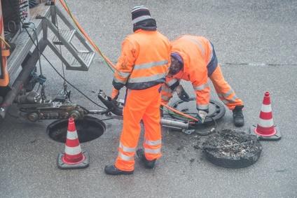 Straßenarbeiter bei Kanalarbeiten